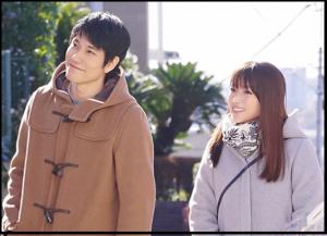 隣の家族は青く見える、1話、深田恭子、ドラマ衣装、デニム、コート