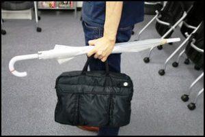 傘の迷惑行為、危ない傘の持ち方、傘マナー、傘